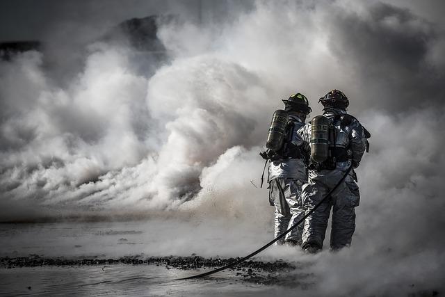 hasiči v kouři