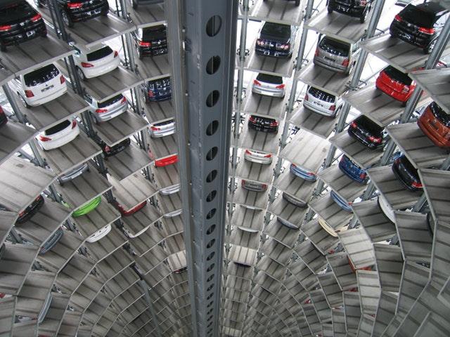 parkovisko s mnohými autami