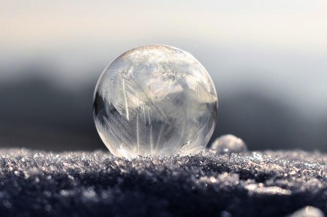 Sklenené guľa položená na zamrznutom povrchu