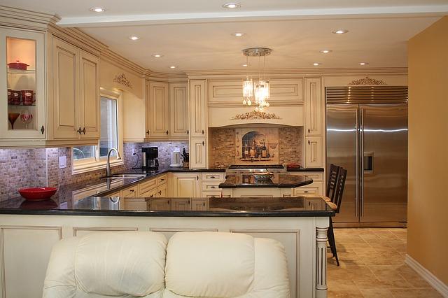 Kuchyňa s kuchynskou linkou z tmavého skla