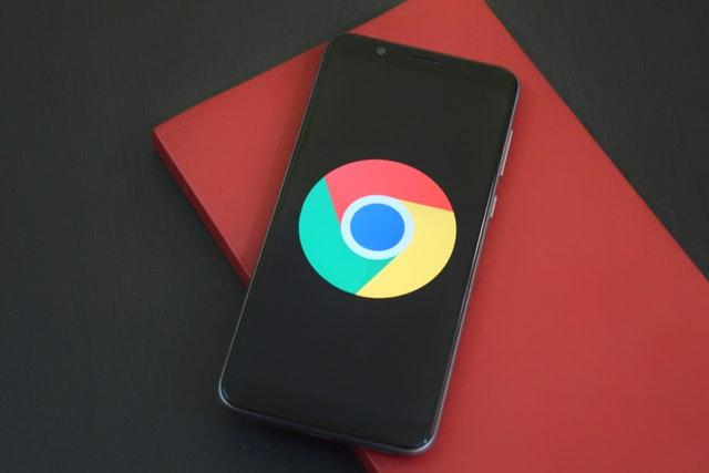 Symbol google chrome na mobile, ktorý je položený na červenom notese.jpg