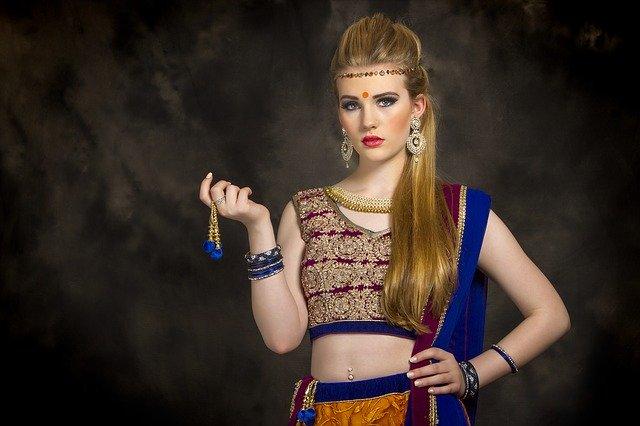 Žena s blond vlasmi, oblečená v orientálnom oblečení so šperkami.jpg
