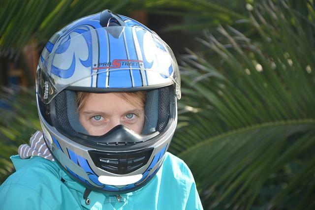 Dievča s moto prilbou na hlave.jpg