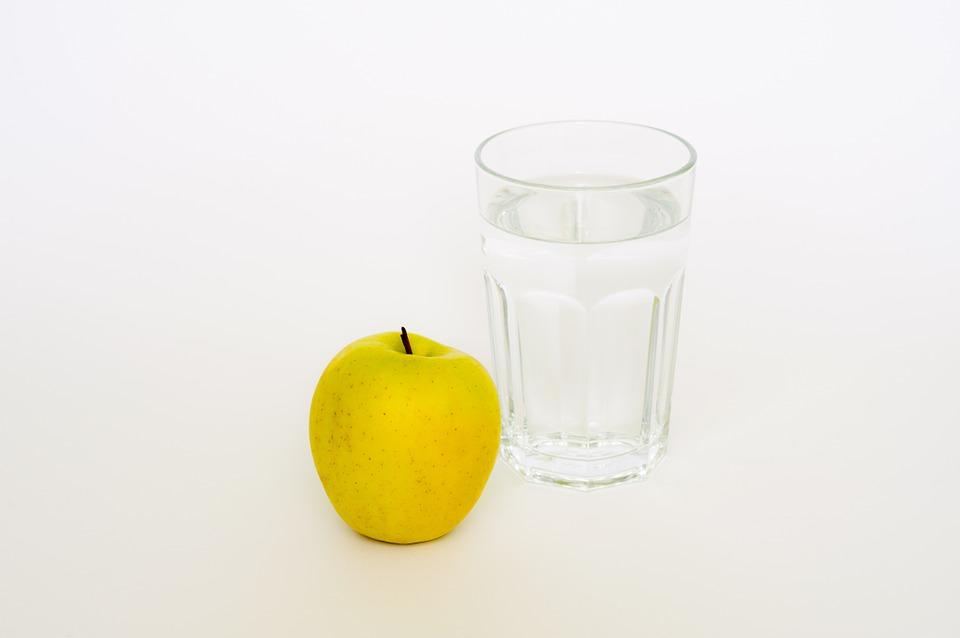 jablko a pohár vody