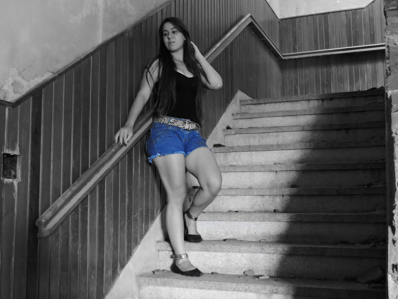 sexi modelka na schodoch
